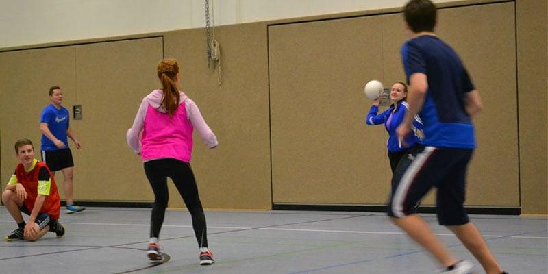 Mauerball Spiel mit einem Schaumstoffball