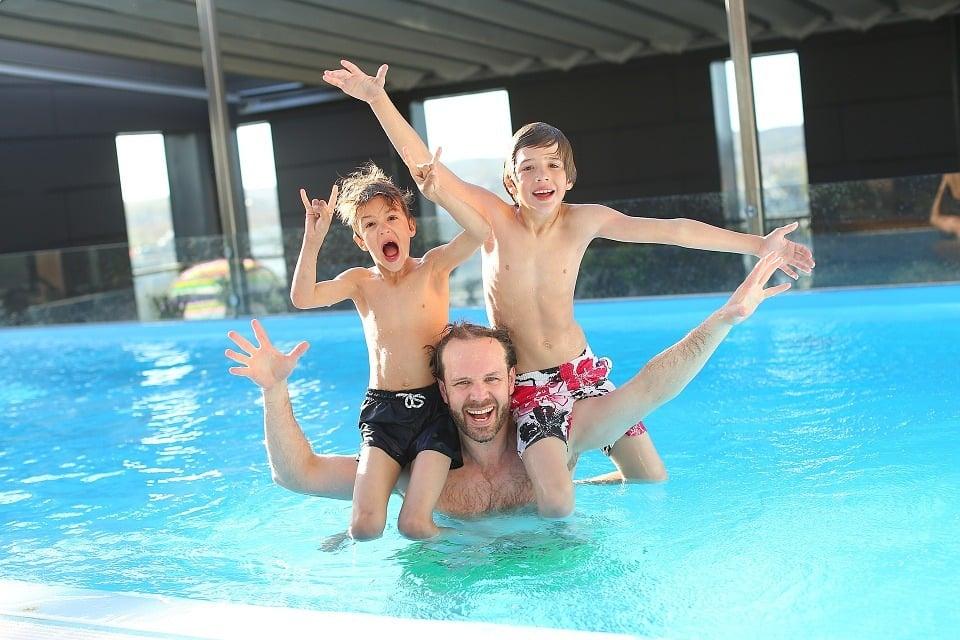 Schwimmen im Sportunterricht oder der Freizeit: 7 passende Spiele im Wasser
