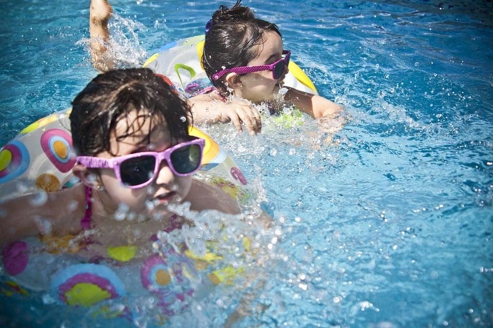 Schwimmenlernen mit spaßigen Wasserspielen