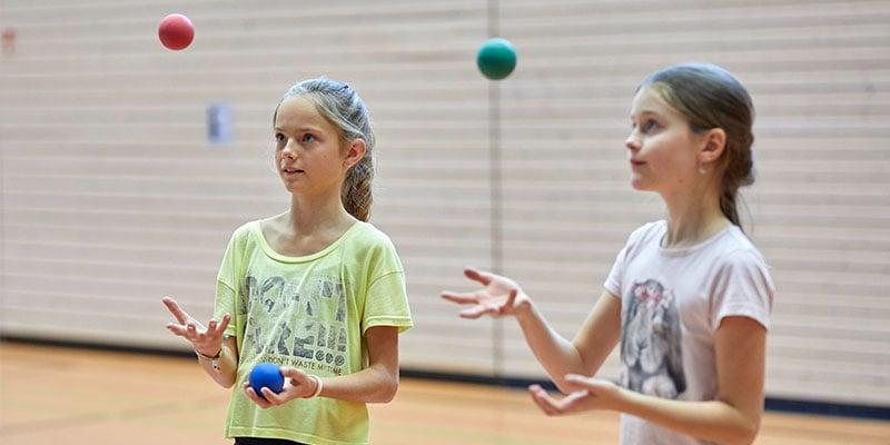 Koordinationsspiele sind ein guter Weg um Kindern die grundlegenden koordinativen Fähigkeiten nahezubringen