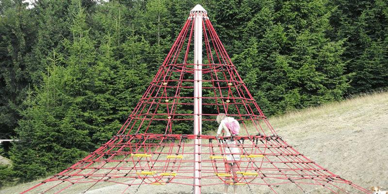 Cheops-Kletterpyramide auf dem Spielplatz