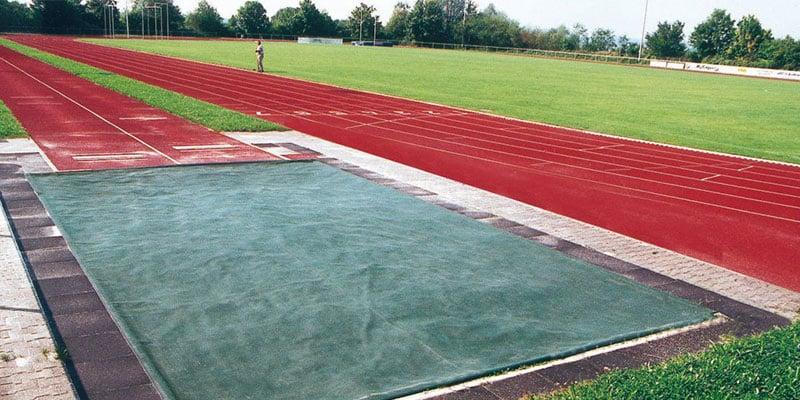 Ausstattung für den Sportplatz beinhaltet auch stationäre Anlagen