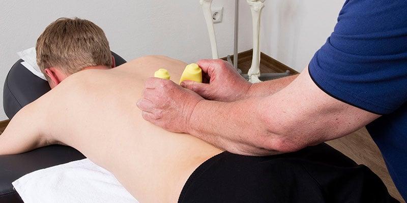 Massagehilfen gehören ebenfalls zur Ausstattung einer Massagepraxis
