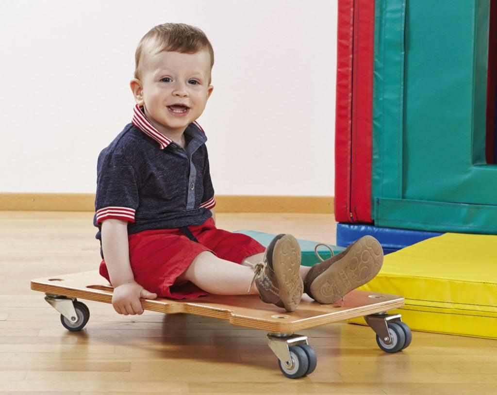 Das Rollbrett ist ideal für kleine Spiele in der Bewegungstherapie