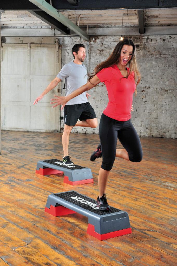 Mann und Frau beim Training mit dem Steppbrett/Stepboard.