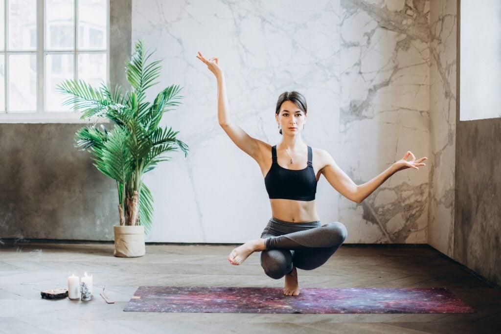 Yoga / Zehenstand (Padangushtasana)