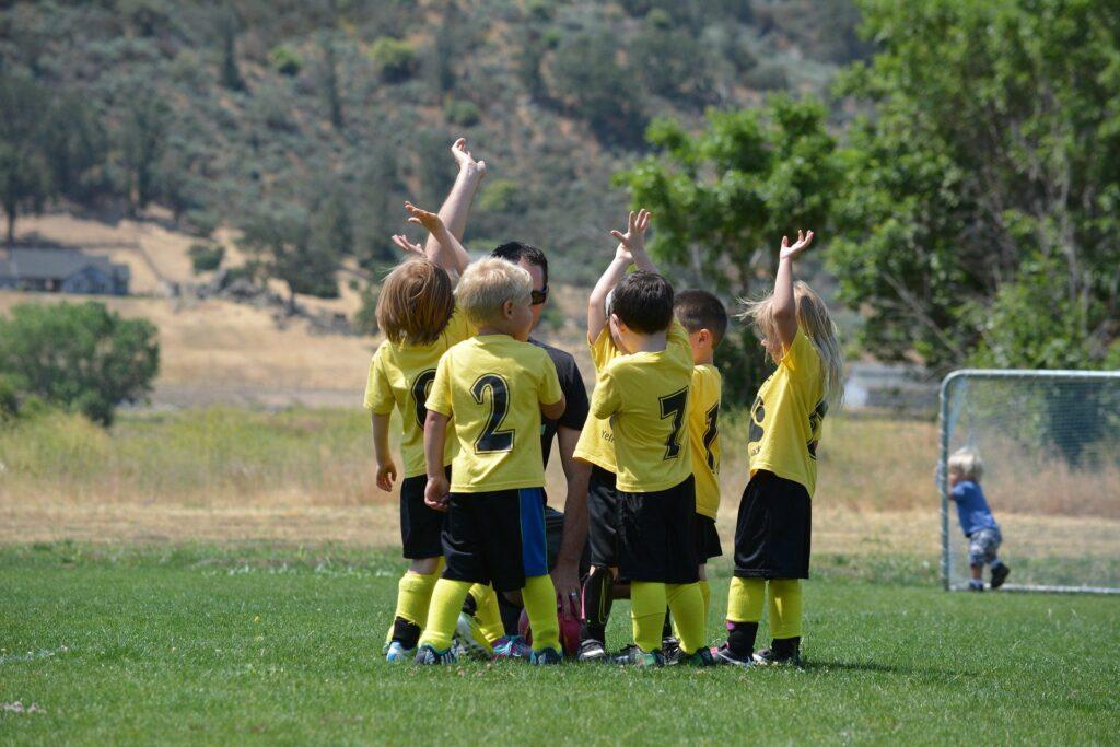 Kinder beim Fußballspiel